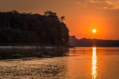 Национальный парк Manu, Перу - 6-ое августа 2017: Заход солнца берегами стоковые изображения rf