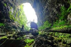 Национальный парк Phong Nha Ke/Вьетнам, 15/11/2017: Женщина входя в пещеру Tien вида в национальный парк Phong Nha Ke во Вьетнаме стоковое изображение rf