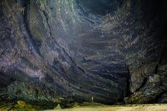Национальный парк Phong Nha Ke/Вьетнам, 16/11/2017: Положение человека под высокой стеной со сталактитами внутри гигантской пещер стоковые фото
