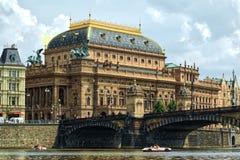 Национальный театр в мосте Праги и легиона Стоковое фото RF