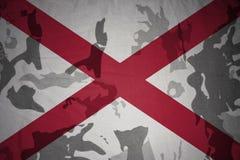 национальный флаг Алабамы на хаки текстуре винтовка s зеленого цвета m4a1 флага принципиальной схемы конца тела штурма панцыря во Стоковое Фото