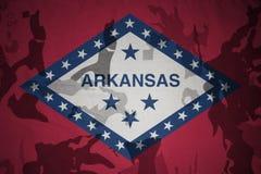 национальный флаг Арканзаса на хаки текстуре винтовка s зеленого цвета m4a1 флага принципиальной схемы конца тела штурма панцыря  Стоковые Фотографии RF