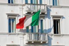 Национальный флаг Италии на балконе старого крупного плана дома Венеция Стоковое фото RF