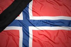 национальный флаг Норвегии с черной оплакивая лентой Стоковое Фото