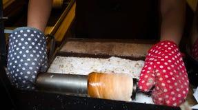 Национальная сладость чехии - trdelnik во время cooki Стоковые Изображения RF