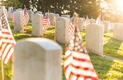 Национальное кладбище с флагом на День памяти погибших в войнах в Вашингтоне, США Стоковое фото RF