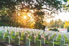 Национальное кладбище с флагом на День памяти погибших в войнах в Вашингтоне, США Стоковые Фотографии RF