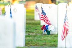 Национальное кладбище с флагом на День памяти погибших в войнах Стоковое Фото
