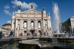 Национальный академичный театр оперы и балета назвал Krushelnytska с фонтаном и туристами стоковые изображения