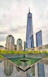 Национальный мемориал 11-ое сентября чествуя теракты на всемирном торговом центре в Нью-Йорке, США Стоковые Фотографии RF