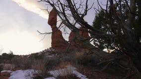 Национальный парк сводов, балансируя восход солнца утеса сток-видео