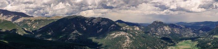 Национальный парк утесистой горы Живописный пасмурный ландшафт горы светлая тень игры Стоковое Фото