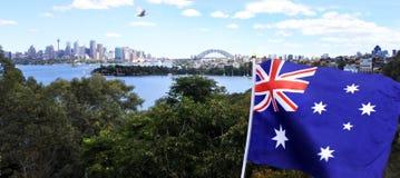 Национальный флаг Австралии сдирать вдоль горизонта Сиднея Стоковое Фото