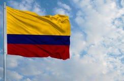 Национальный флаг Колумбии перед голубым небом Стоковые Фото