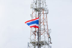 Национальный флаг Таиланда и башни радиосвязи Стоковое фото RF