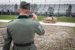 Нацистский танк солдата и итальянки WW II на Militalia 2013 в милане, Италии Стоковые Фото