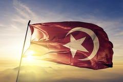 Нация ткани ткани ткани флага ислама развевая на верхнем тумане тумана восхода солнца бесплатная иллюстрация