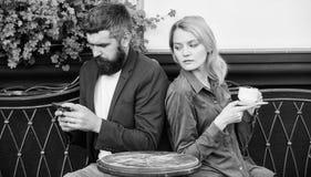 Начала утра с кофе и интернетом женщина и человек с бородой ослабить в кафе Во первых встреча девушки и человека Соедините внутри стоковое фото