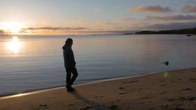 Начало дня Человек встречает рассвет на береге красивого озера Он восхищает пейзаж акции видеоматериалы