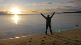 Начало дня Человек встречает рассвет на береге красивого озера Он восхищает пейзаж сток-видео