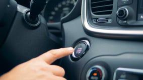 Начало и кнопка стоп двигателя нажимаются с пальцем сток-видео