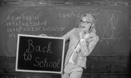 Начало нового сезона школы Учитель приветствует учебный год Учитель женщины держит надпись классн классного назад к школе стоковые изображения rf