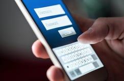 Начальный экран в приложении или вебсайт в смартфоне Имя пользователя, пароль и имя пользователя к онлайн банку с телефоном стоковая фотография rf