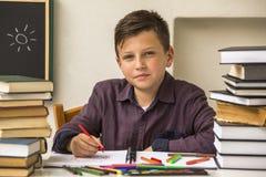 Начальная школа зрачка делает домашнюю работу учить Стоковое Фото