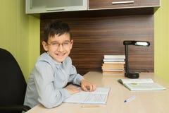 Начальная школа зрачка делает домашнюю работу Стоковые Изображения