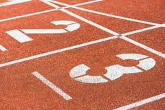 Начинать номера идущего следа в стадионе спорт Стоковое Изображение RF