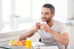 Начинающ день с свежим и горячим кофе Стоковое фото RF