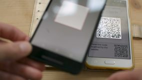 Начинающ сделку Bitcoin между smartphones путем просматривать код QR, будущее розницы в магазинах, концепции электронных денег акции видеоматериалы