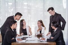 Начните вверх, азиатские бизнесмен группы, бизнес-леди и встреча строгая для того чтобы купить некоторое свойство как вклад Начни стоковые фотографии rf