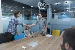 Начните вверх бизнесменов рукопожатия Стоковые Фото