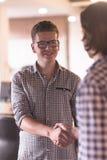 Начните вверх бизнесменов рукопожатия Стоковая Фотография
