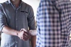 Начните вверх бизнесменов рукопожатия Стоковое Изображение