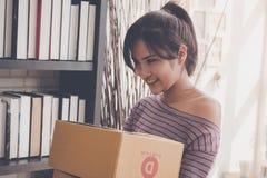 Начните вверх бизнес-леди держать коробки поставки готовый послать стоковые фотографии rf