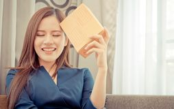 Начните вверх владельца бизнеса онлайн магазина женский с пакетом на ее голове стоковые фотографии rf