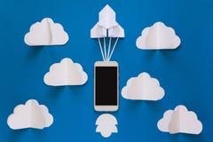 Начните вверх или быстрая концепция соединения Ракета бумаги старта с умным телефоном на голубом небе с облаками Стоковая Фотография