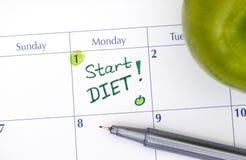 Начните диету в календаре с ручкой и зеленым яблоком Стоковые Изображения RF