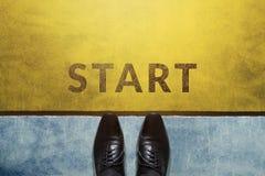 Начните концепцию, взгляд сверху бизнесмена на ботинках Оксфорда Стоковое Фото
