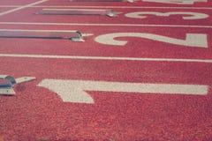 Начните линию тесемки Красный идущий след с номерами майны Спорт Backgr Стоковые Фото