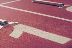 Начните линию тесемки Красный идущий след с номерами майны Спорт Backgr Стоковые Фотографии RF