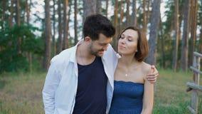 Начните романтичное отношение Привлекательный человек и женщина гуляя совместно в древесинах акции видеоматериалы