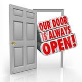 Наша дверь всегда открытое гостеприимсво приглашения внутрь Стоковое Изображение RF