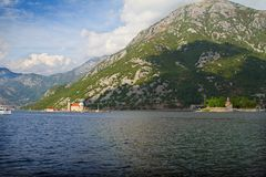 Наша дама островов утеса и St. George в Perast на береге залива Boka Kotorska Boka Kotor, Черногории Стоковые Фото