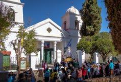 Наша дама статуи Candelaria виргинской снесла через шествие - Humahuaca, Jujuy, Аргентину стоковая фотография rf