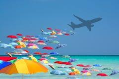 Нашествие красочных парасолей туристское от самолета в туристском рае стоковая фотография rf