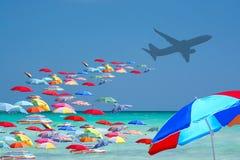 Нашествие красочных парасолей туристское от самолета в туристском рае стоковое фото