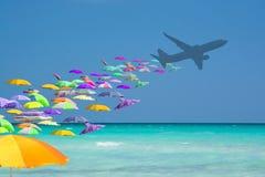 Нашествие красочных парасолей туристское от самолета в туристском рае стоковые фотографии rf